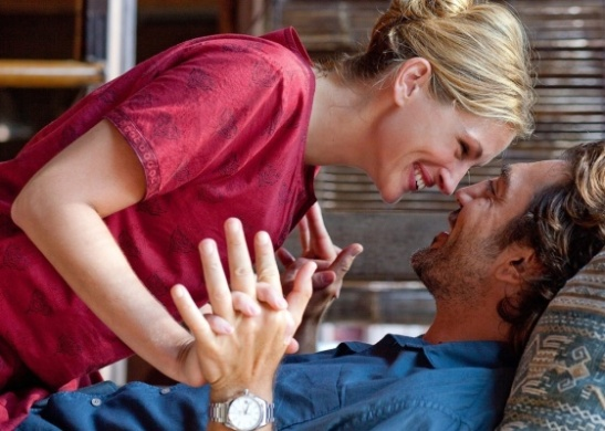 Cena de Liz e Felipe interpretados por Julia Roberts e Javier Bardem